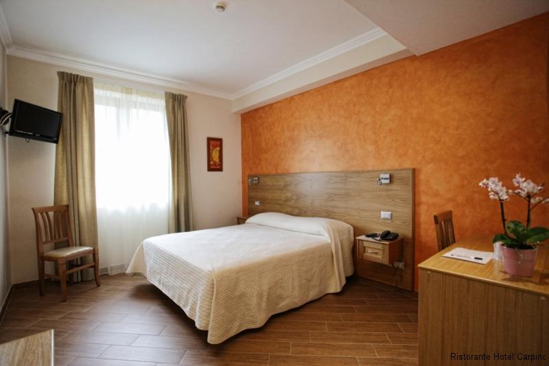 camera arancio hotel carpino